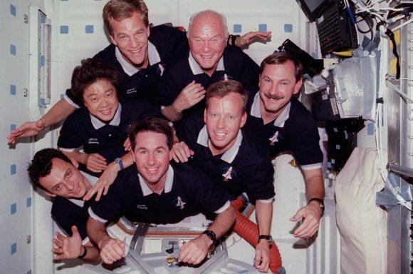 Glenn y el resto de la tripulación de la STS-95 dentro del módulo Spacehab en la bodega del Discovery (NASA).