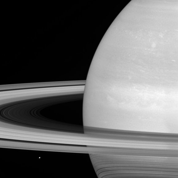 Los anillos y Mimas vistos el 21 de julio de 2016  (NASA/JPL-Caltech/Space Science Institute).