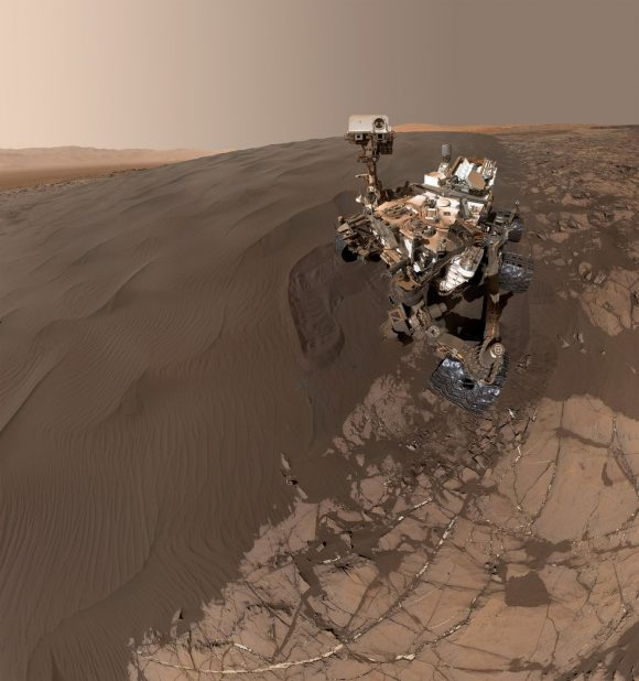 Curiosity junto a las dunas del cráter Gale (NASA/JPL).
