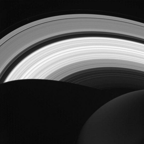 Imagen del 14 de agosto del lado nocturno de los anillos (NASA/JPL-Caltech/Space Science Institute).