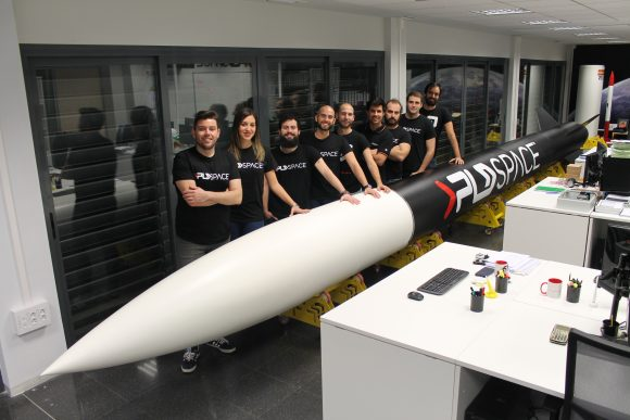 Equipo actual de PLD Space en la oficina del parque cientÌfico UMH junto con la maqueta a tamaÒo real del cohete suborbital ARION 1 (PLD Space).
