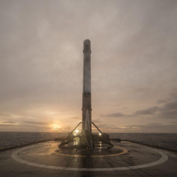 La primera etapa tras el aterrizaje en la barcaza Just read the instructions (SpaceX).