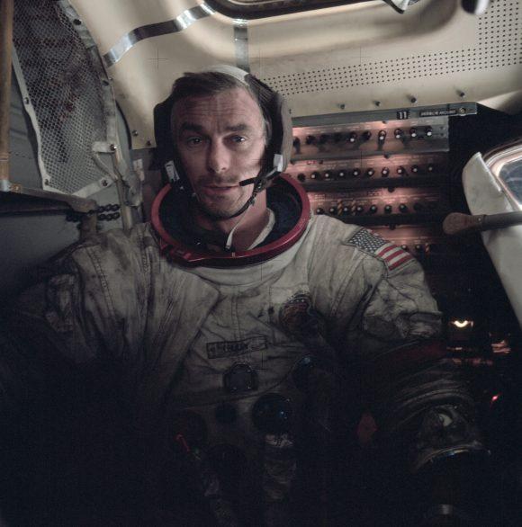 Cernan dentro del módulo lunar Challenger sobre la Luna. Se aprecia el traje A7LB manchado de regolito lunar (NASA).