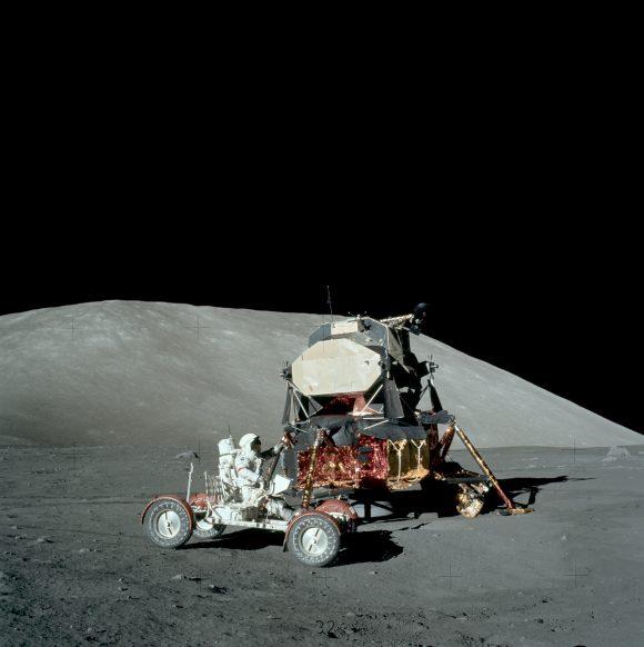 Cernan prueba el rover junto al LM Challenger (NASA).