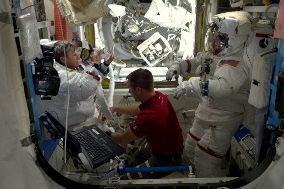 Thomas Pesquet ayuda a los spacewalkers a salir de sus trajes EMU (NASA).