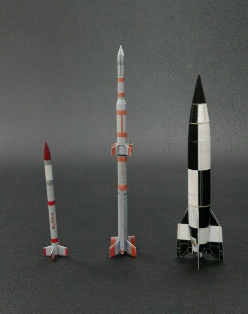Comparación entre el SS-520-4 (izquierda), el cohete japonés Lambda y un misil A-4 nazi (https://twitter.com/Nakagawa_PASA).