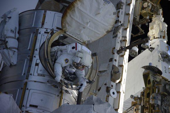 Kimbrough sale al exterior de la esclusa Quest (NASA).