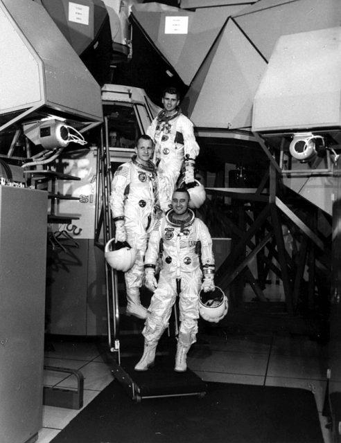 La tripulación del Apolo 1 en el simulador. El software del mismo llevaba tanto retraso y tenía tantos problemas que Grissom se quejó reiteradamente (NASA).