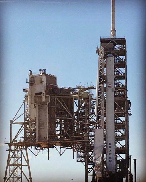 Un Falcon 9 en la rampa 39A del KSC (SpaceX).