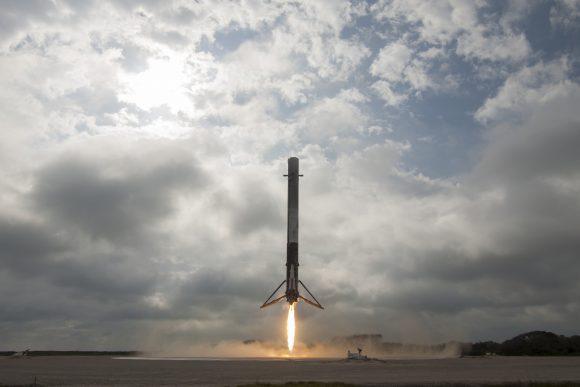 Regreso de la primera etapa del Falcon 9 en la plataforma LZ-1 (SpaceX).