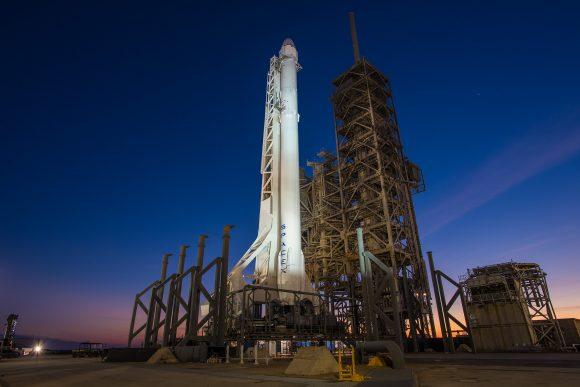 Cohete Falcon 9 con la Dragon CRS-10 en la rampa 39A (SpaceX).