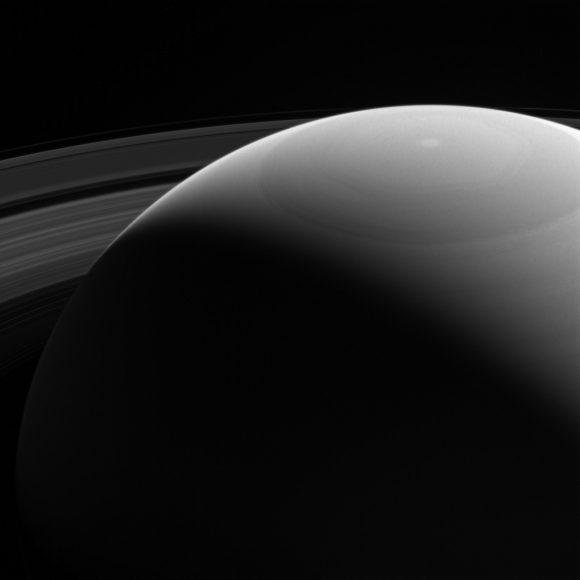 El hexágono del polo norte visto el 28 de octubre en filtro violeta (NASA/JPL-Caltech/Space Science Institute).