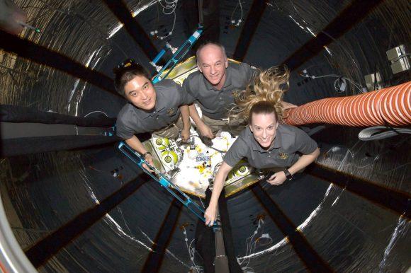 Los astronautas de la ISS en el interior de BEAM (NASA).