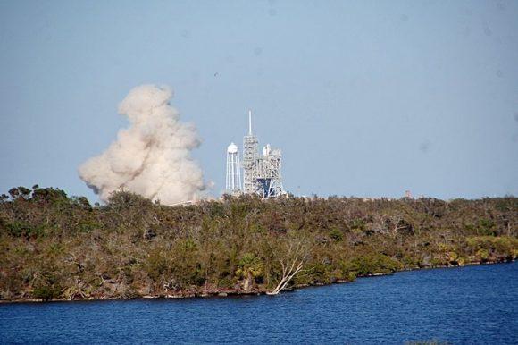 Prueba de encendido del Falcon 9 en la rampa 39A (CBS).