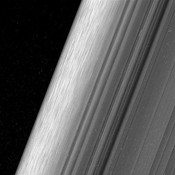 El borde del anillo B a 52.000 km de distancia (NASA/JPL-Caltech/Space Science Institute).