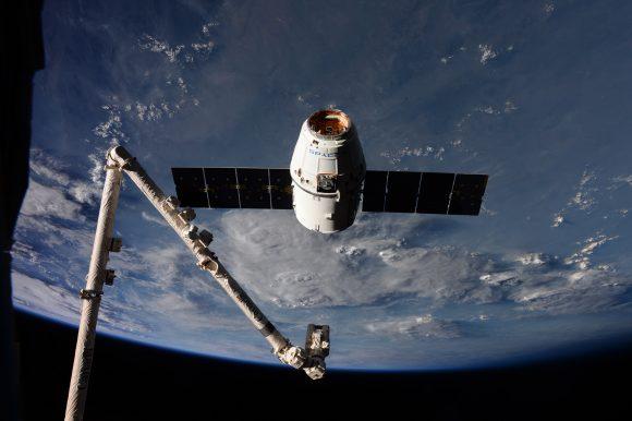 La Dragon durante el acoplamiento (NASA).