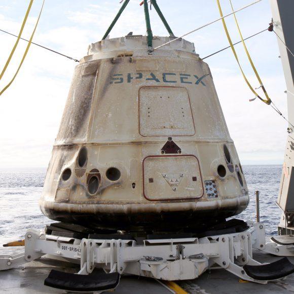 La Dragon CRS-10 tras el amerizaje (SpaceX).