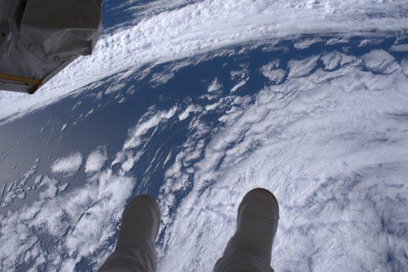 Kimbrough durante la EVA 40 con el mundo a sus pies (NASA).