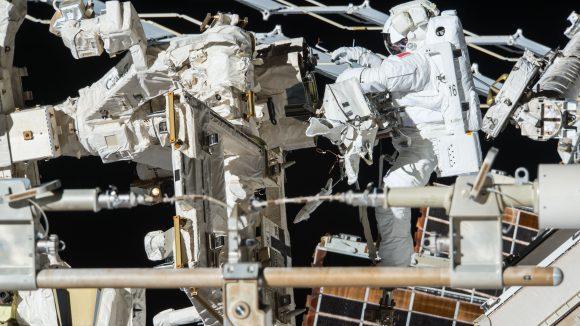 Pesquet junto a Dextre durante la EVA (ESA).