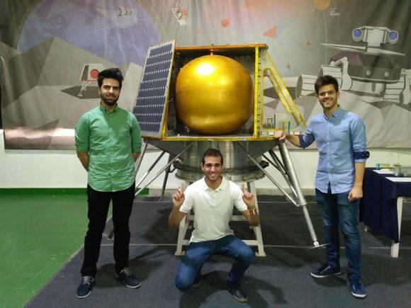 Los integrantes de Green Moon Project con un modelo de la sonda india Team Indus. En la imagen Gonzalo Moncada Romero, Julián Serrano Arrabal y José María Ortega-Hernández (Green Moon Project).