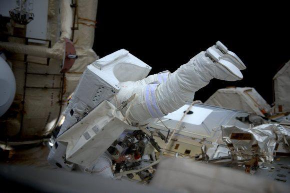Whitson durante la EVA (NASA).