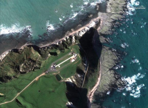 El centro de lanzamiento de Rocket Labs visto desde el espacio ().