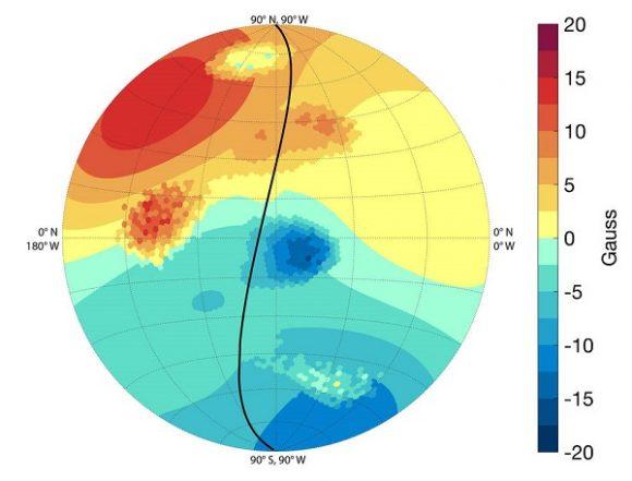 Detalles de la magnetosfera joviana. Se pueden ver las irregularidades en el dipolo (Bolton et al.).