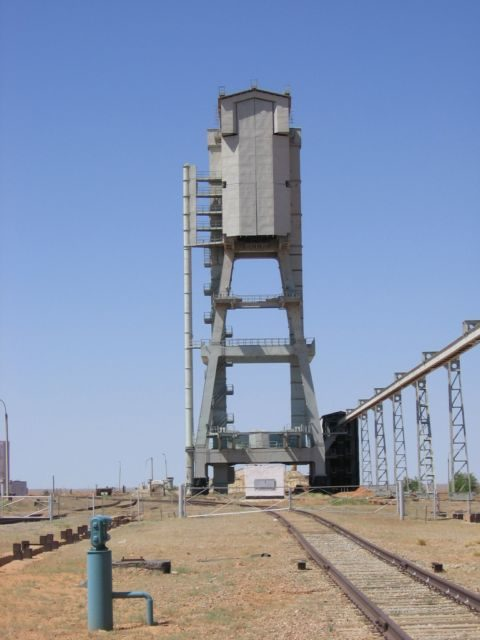 Torre de servicio del Zenit en Baikonur construida para la nave Zaryá (Novosti Kosmonavtiki).