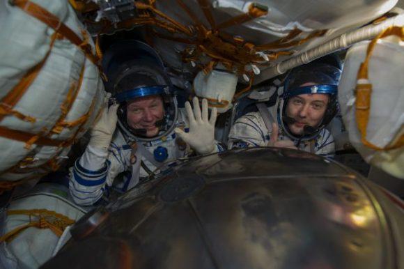 Los tripulantes en tierra (TsPK).