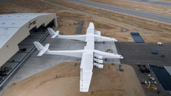 El avión de Stratolaunch sale del hangar (Stratolaunch Systems).