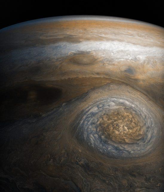 Una tormenta ovalada de la imagen anterior en detalle (NASA/JPL-Caltech/MSSS/SwRI/Seán Doran).
