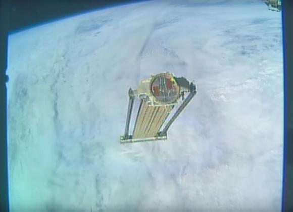 Abandono en órbita de ROSA al no poder ser plegado (NASA).