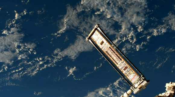 El panel ROSA desplegado en el extremo del brazo robot (NASA).