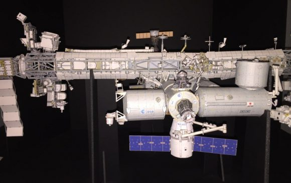 Modelo de papel de la ISS (!) con la Dragon CRS-11 (https://twitter.com/Axm61).
