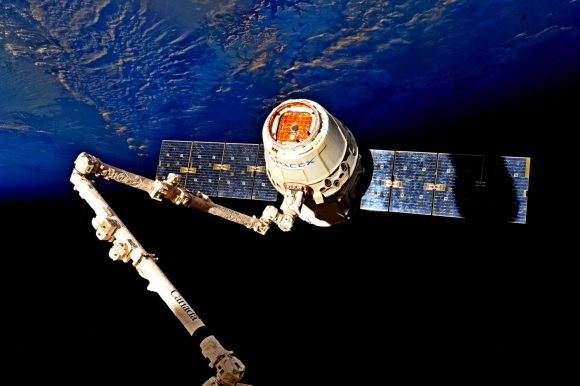 La Dragon CRS-11 antes de ser liberada por el brazo robot de la estación (NASA).
