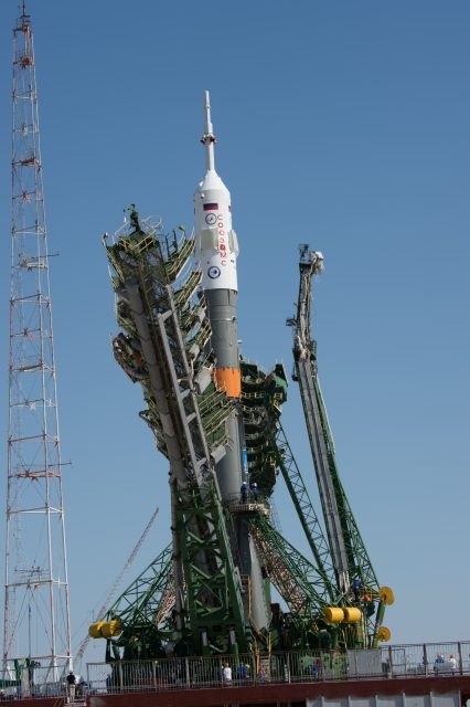 Soyuz_MS-05_spacecraft_moved_into_vertical_position