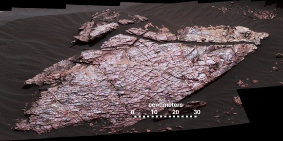 Grietas en la roca Old Soaker vistas por la cámara MAHLI de Curiosity el 31 de diciembre de 2016 (sol 1566)(NASA/JPL-Caltech/MSSS).