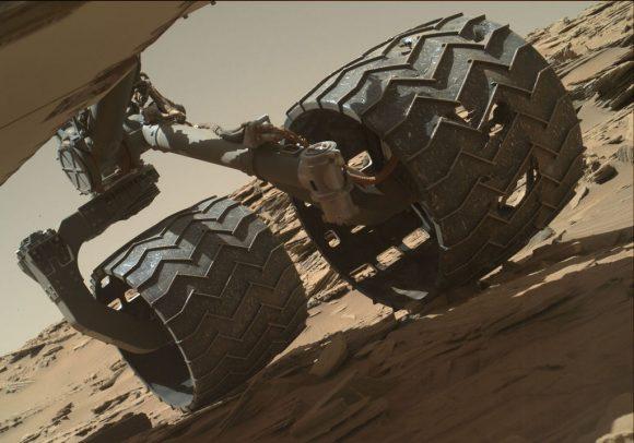 Una de las sufridas ruedas de Curiosity vista en abril de 2016. La NASA logró reducir el excesivo desgaste en las ruedas cambiando las rutas del rover y actualizando su software (NASA/JPL-Caltech/MSSS).