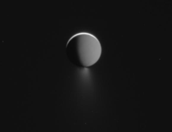 El lado nocturno de Encélado y sus chorros iluminado por la luz de Saturno (NASA/JPL-Caltech).