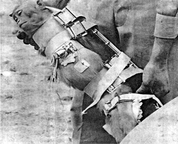 Albert I es introducido en su cápsula poco antes del lanzamiento en el que murió.