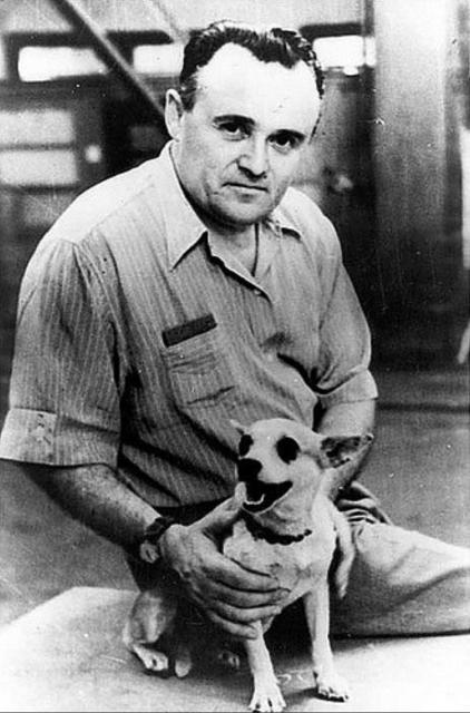 Serguéi Koroliov con un PENI (Perro Espacial No Identificado).