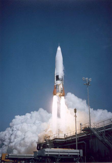Atlas, el primer misil balístico intercontinental de EEUU, despega desde Cabo Cañaveral (Wikipedia).
