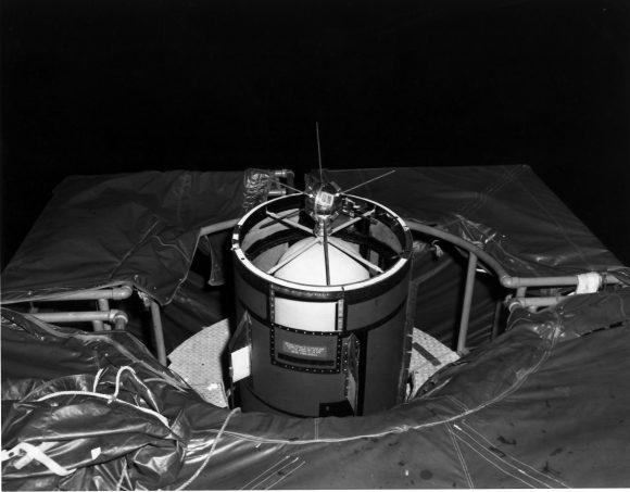 El satélite Vanguard TV-4 (Vanguard 1) antes del lanzamiento (NASA).