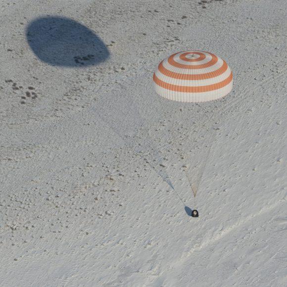 La Soyuz MS-05 justo antes de que se enciendan los cohetes DMP de frenado (NASA/Roscosmos).