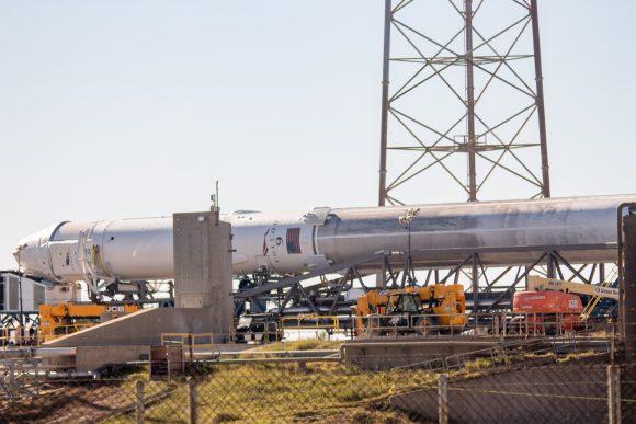 Detalle del cohete en la rampa en el que se aprecia el tono oscuro de la primera etapa (Robert Seemangal).