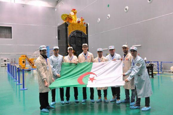 El equipo del Alcomsat  con su satélite (ASAL).