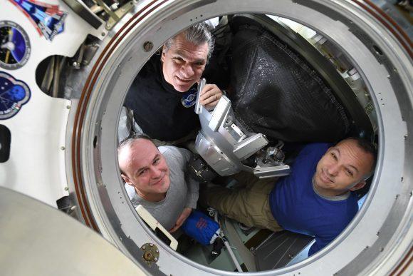 La tripulación de la Soyuz MS-04 a punto de cerrar la escotilla del BO (NASA).
