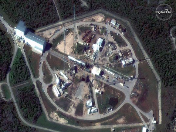 La rampa SLC-40 con el cohete que lanzó a la Dragon SpX-13 (DIgitalGlobe).