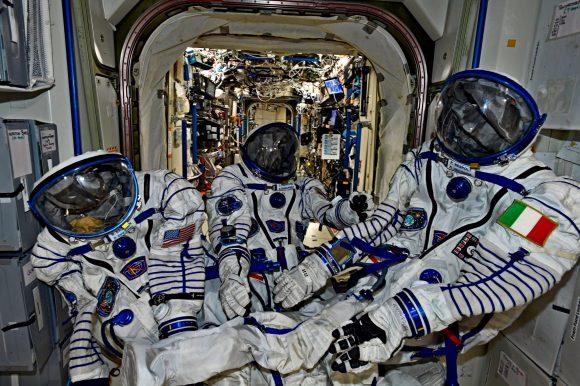Los tripulantes de la Soyuz MS-05 prueban sus escafandras IVA Sokol KV2 (NASA).