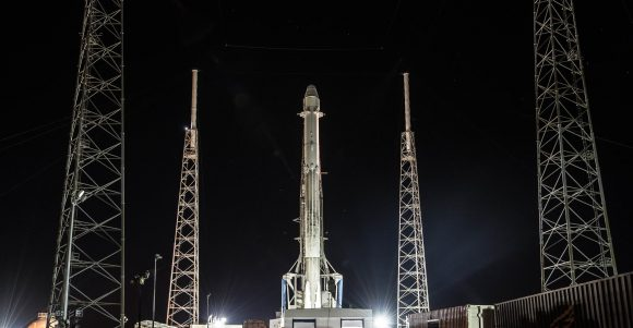 Falcon 9 con la Dragon SpX-13 en la rampa SLC-40 (SpaceX).